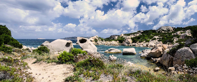 An der Felsküste von La Maddalena