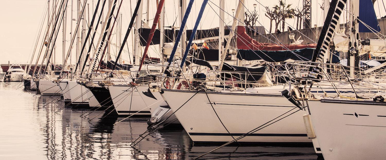 Los barcos veleros en el puerto
