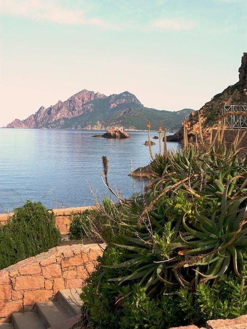 Uitzicht op zee vanuit het dorp Porto, Corsica