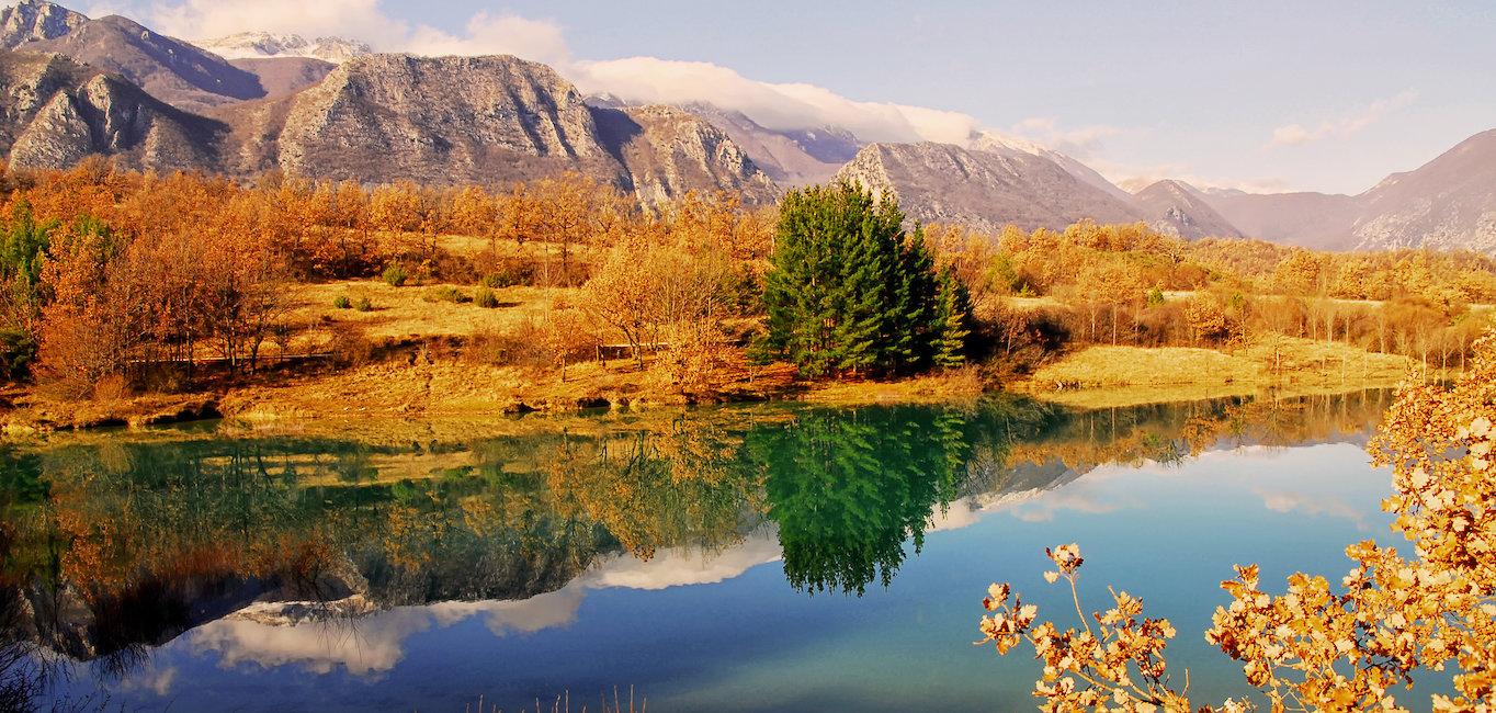 Lago di Castel San Vincenzo in autunno.