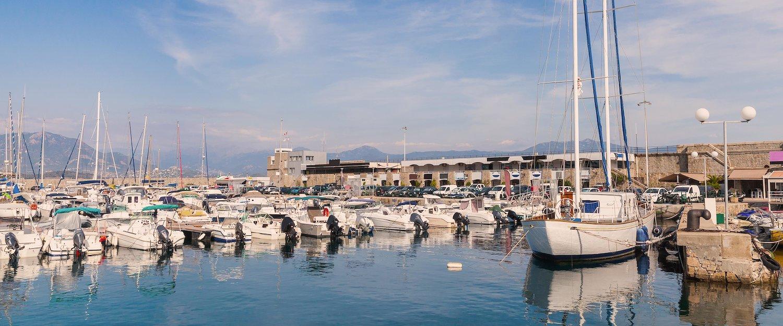Besichtigen Sie den wunderschönen und traditionsreichen Hafen von Ajaccio.