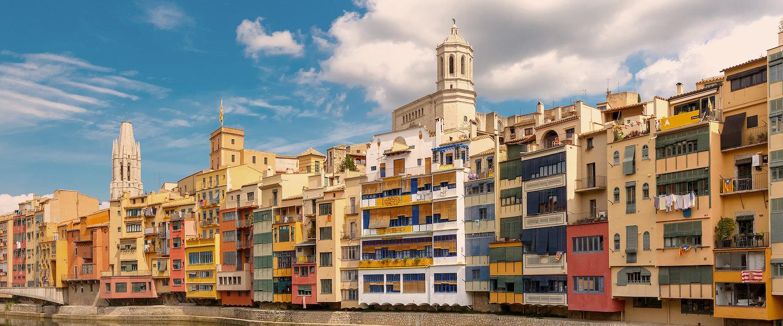 Coloridos edificios en Girona