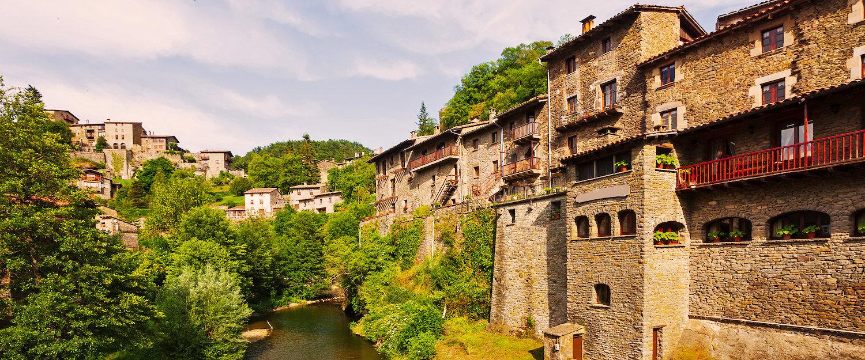 Pintoresca vista del antiguo pueblo de Cataluña