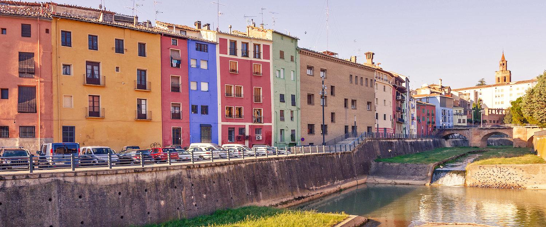Casas coloridas delante del Rio Vero