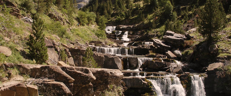 Cascada en el Parque Nacional de Ordesa en el Pirineo