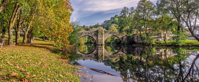 Puente medieval sobre el río Arnoia en Allariz