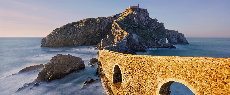 Majestätische Klippen im Meer bewundern.
