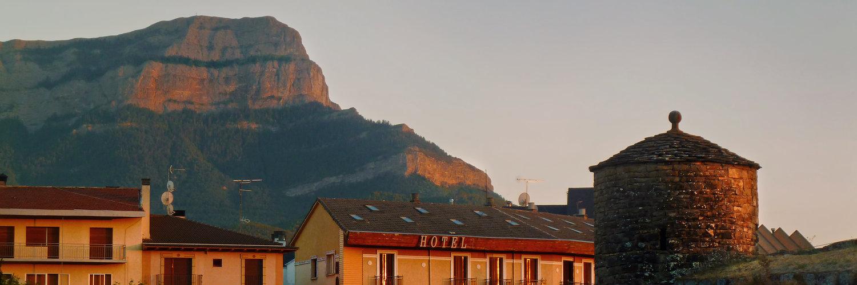 Jaca y el monte de Oroel durante una puesta de sol