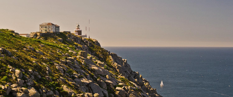 El amanecer sobre el Faro de Finisterre o Fisterra