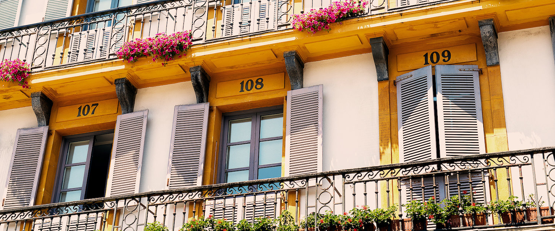 Los balcones en la Plaza Nueva de Donostia
