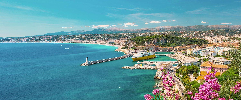 Vue sur la mer dans les Alpes-Maritimes