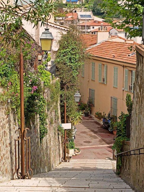 Rue d'un village dans les Alpes-Maritimes