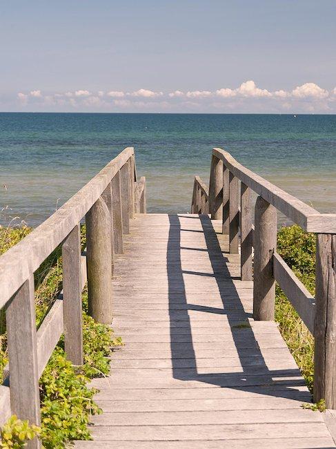 Steg zum Strand der Ostsee