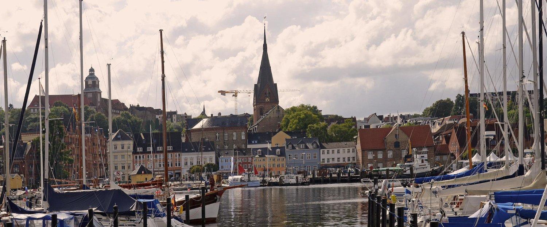 Blick auf die Marienkirche am Hafen