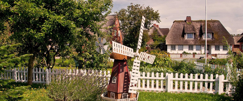 Idyllische Gärten mit Windmühlen in Niebüll
