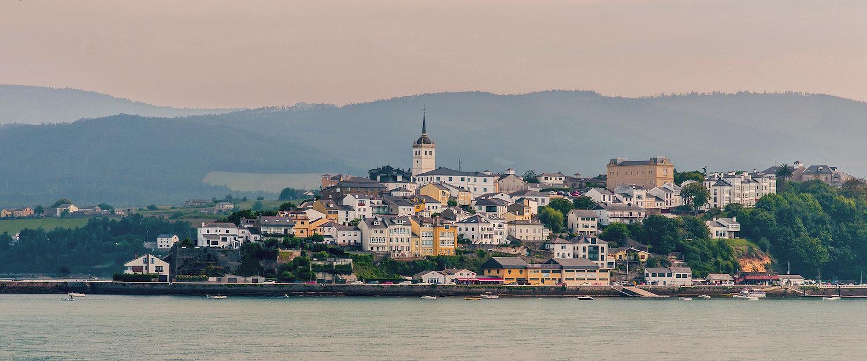 Las vistas de Castropol desde el mar
