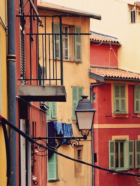 Kolorowe kamienice w zabytkowym centrum Nicei