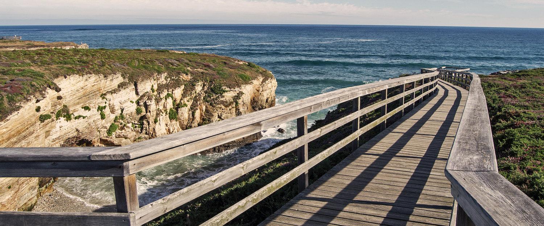 Puente de madera entre Acantilados