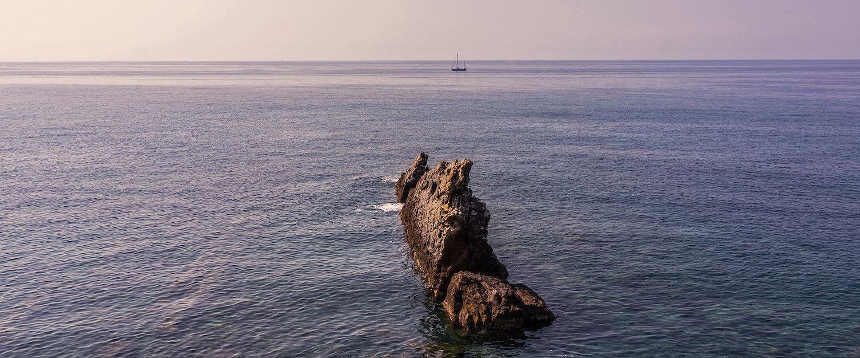 Scoglio in mezzo al mare.