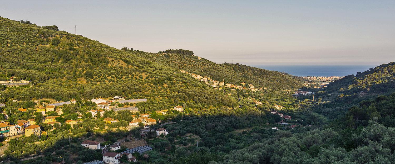 Tipico paesaggio ligure, mare e colline.