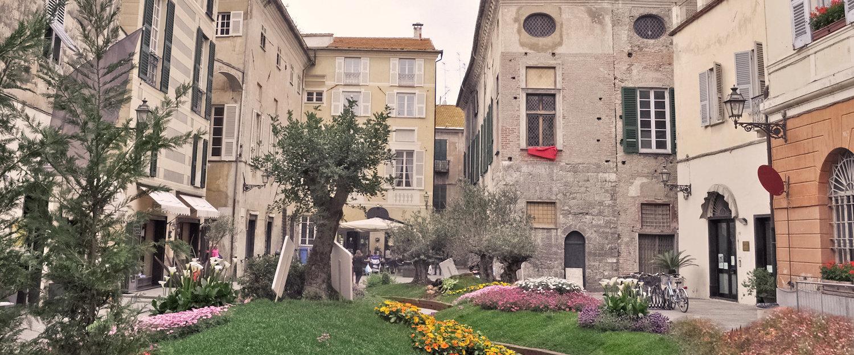 Die schöne Altstadt Albengas bestaunen!