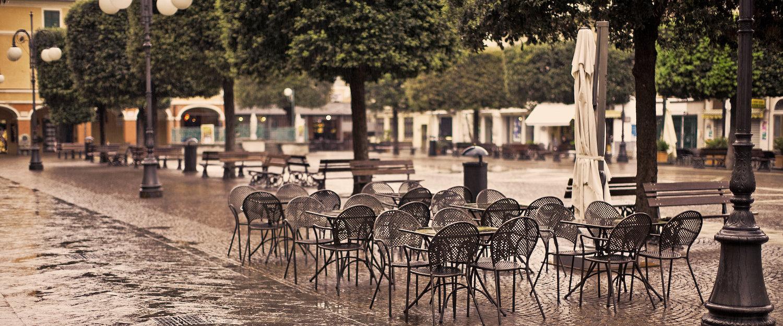 Piazza deserta.