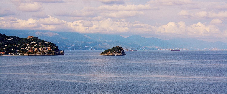 Punta Predani e l'isola di Bergeggi.
