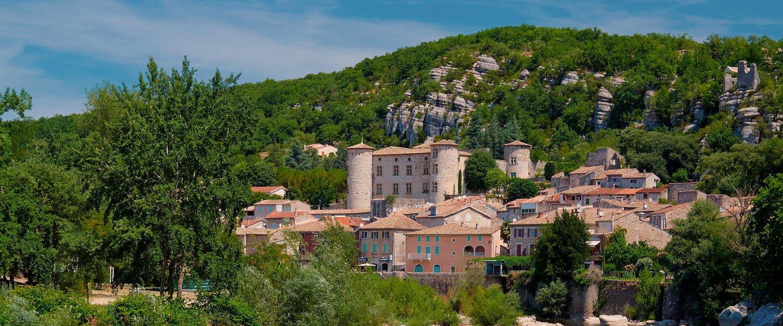 Die mittelalterliche Stadt Vogue in der Region Ardèche