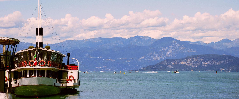 Panoramisch uitzicht op het Gardameer en de bergen