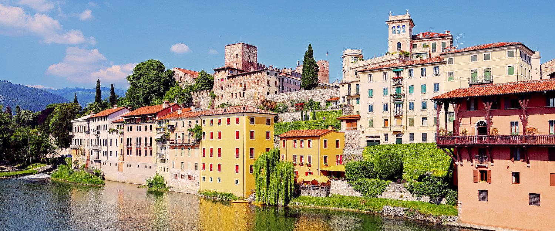 Il fiume Brenta attraversa Bassano del Grappa.