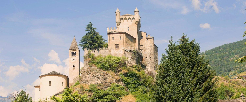 Zamek Saint-Pierre w dolinie Aosty.