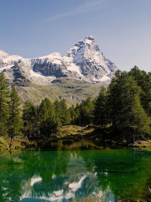 Idylliczne jezioro przed włoskim krajobrazem górskim