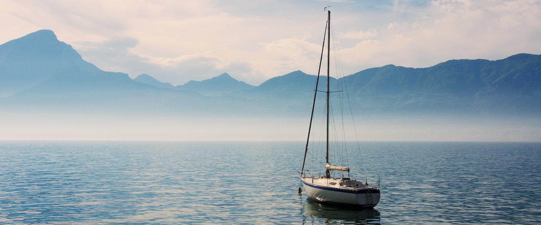 Velero en el mar de Garda