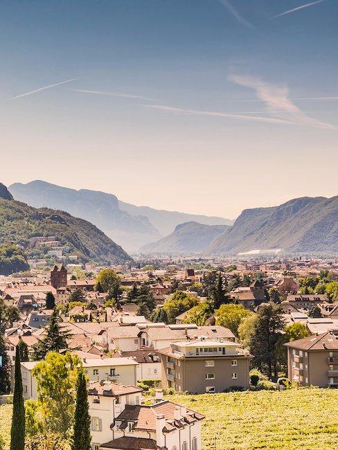 Boven de daken van Bolzano.