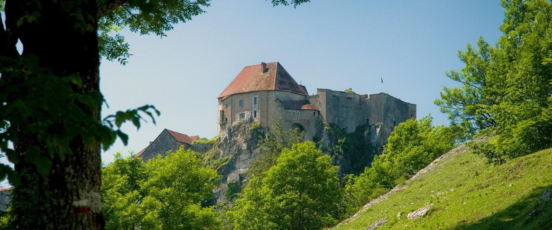 Burg auf einem Bergvorsprung