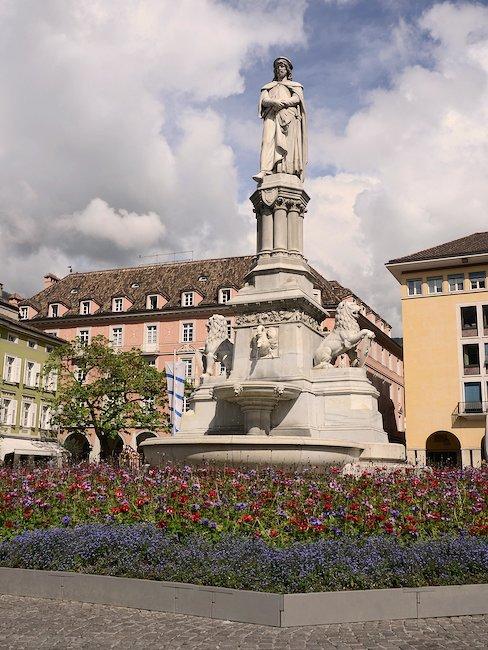 Standbeeld op de Waltherplatz in Bolzano