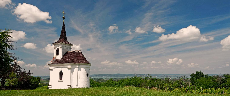 Kleine kapel aan het Balatonmeer