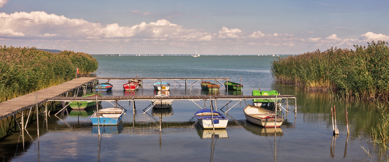 Fischerboote zwischen Schilf am Plattensee