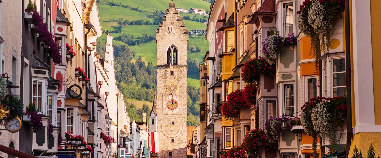 Blick auf den Zwölferturm in der Altstadt von Sterzing