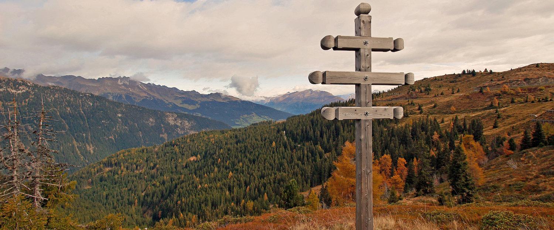 Wegweiser im Ratschings-Jaufen Gebirge im Herbst