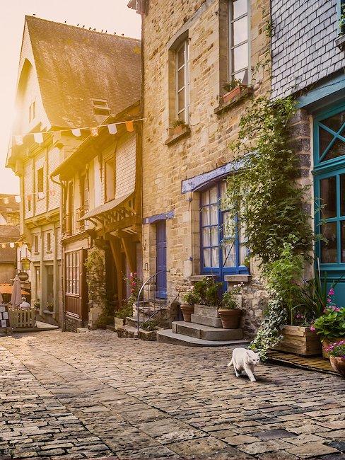 Rustig steegje in een dorp van Bretagne