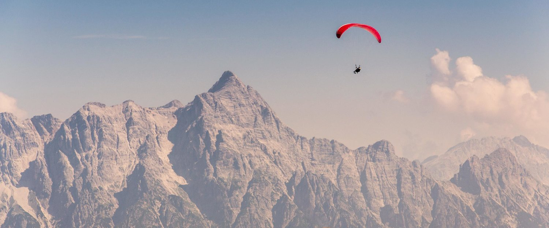 Paragleiter über den Alpen