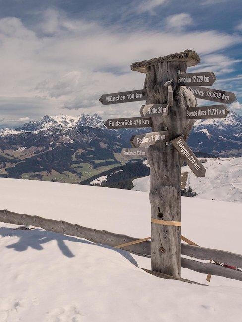 Wegweiser auf verschneiter Alm in Tirol