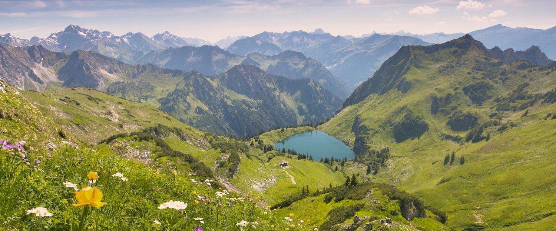 Uitzicht over de adembenemende bergwereld.