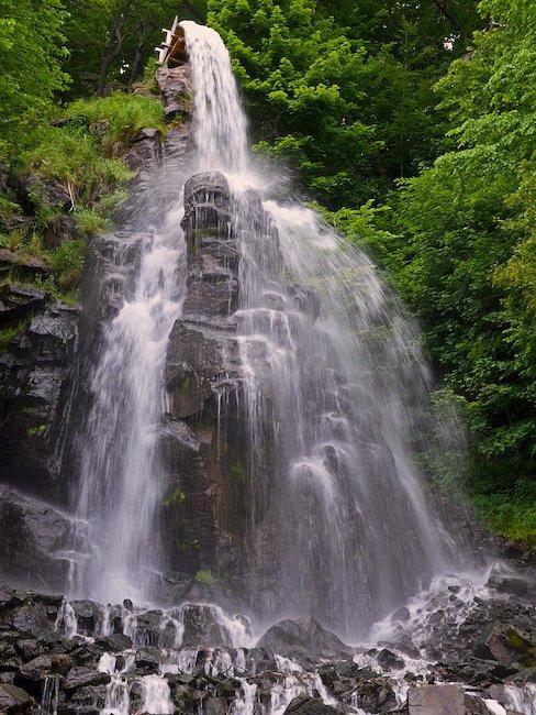 Ein Wasserfall in der Rhön.