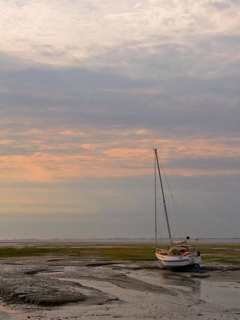 Segelboot im Wattenmeer