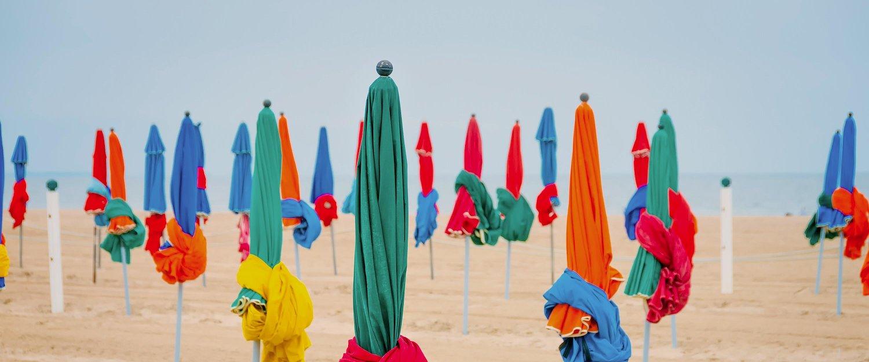 Parasoles sur plage, Deauville