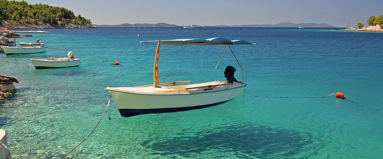 Boote in türkisblauem Meer in Porec