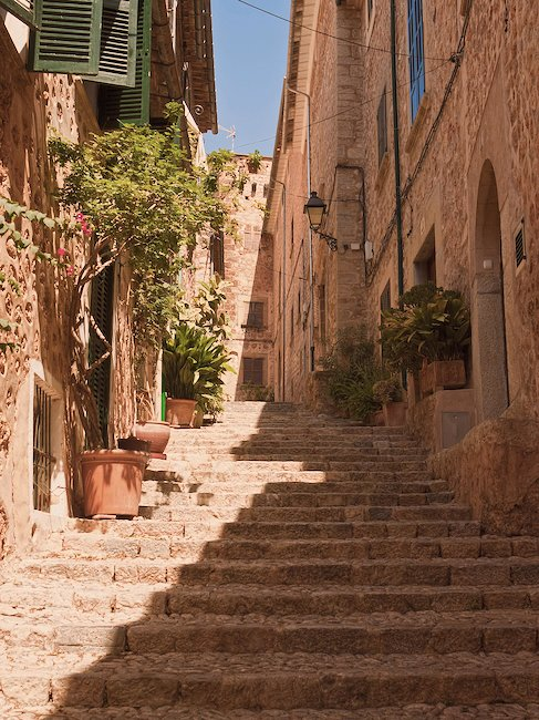 Discover the old alleys of Majorca