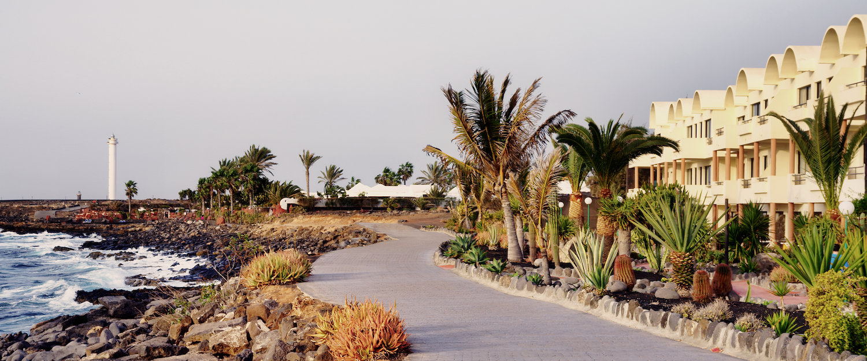 Paseo junto a la playa de Playa Blanca